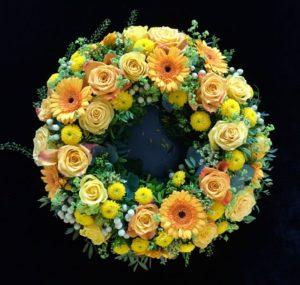 Blumenladen Augsburg - rundgesteckter Trauerkranz von Blumen Flaschka