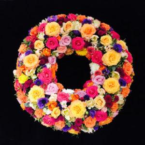 Blumenladen Augsburg - Bunter Trauerkranz von Blumen Flaschka