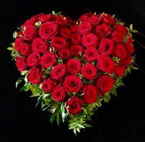 Blumenladen Augsburg - Trauerherz mit roten Rosen von Blumen Flaschka